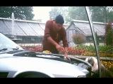 Адриано Челентано чинит машину